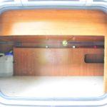 後方ベット下は、外部からアクセスできる収納です。
